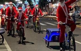 Desfile de Papais Noéis Ciclistas